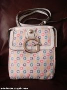 -GUESS Primary crossbody